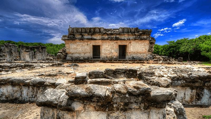 Estructura monumental en la Zona Arqueológica El Rey en Cancún